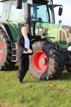 Berhard Hoëcker neben Traktor