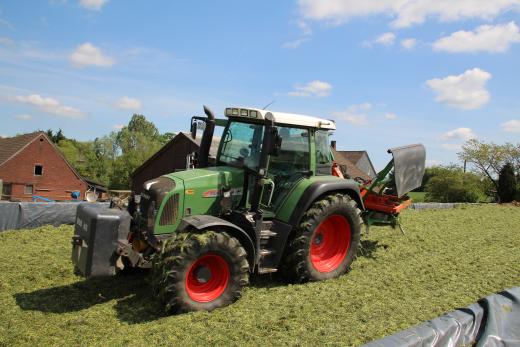 Traktor fährt Grassilage fest
