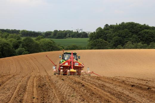 Traktor auf Acker bei Aussaat