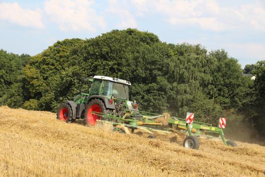 Traktor bei Strohernte