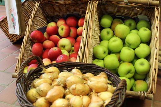 Äpfel und Zwiebeln in Körben